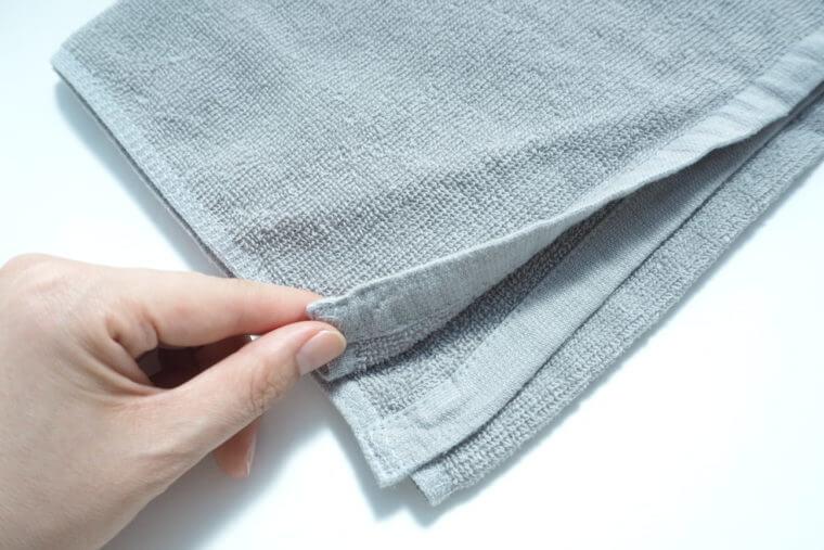 8年タオルの薄さを確認する写真