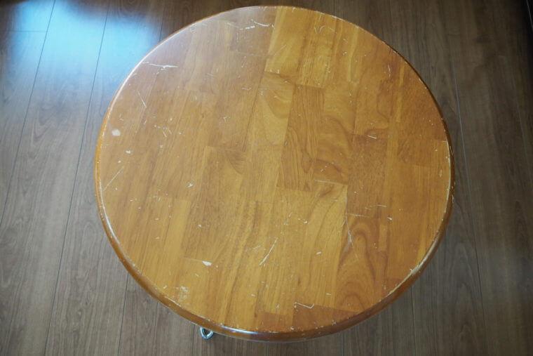 傷が入ってボロボロの丸テーブル