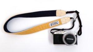 BROOKLYN FACTORYのカメラストラップを付けたカメラ